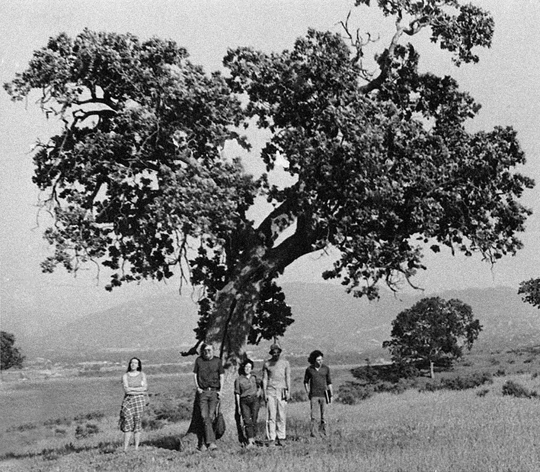 Baldessari (second from left) poses with students under a California live oak during a class